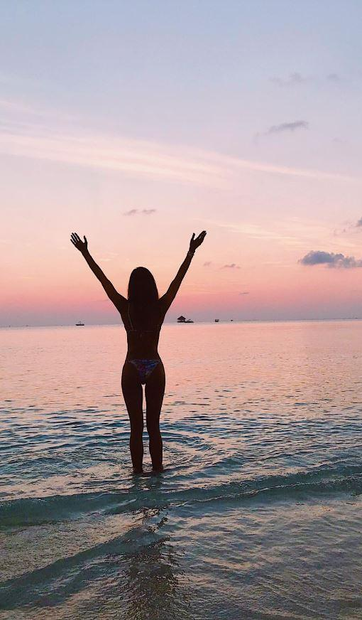 Belen, fuga  romantica  alle Maldive con Andrea e... la mamma