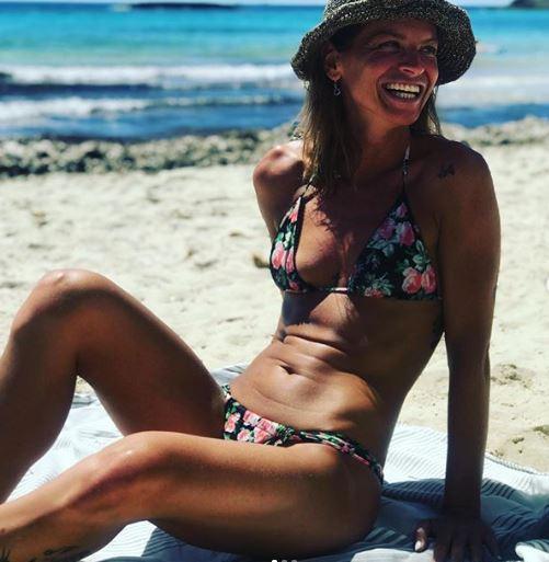 Alessandra Amoroso, primo bikini della stagione