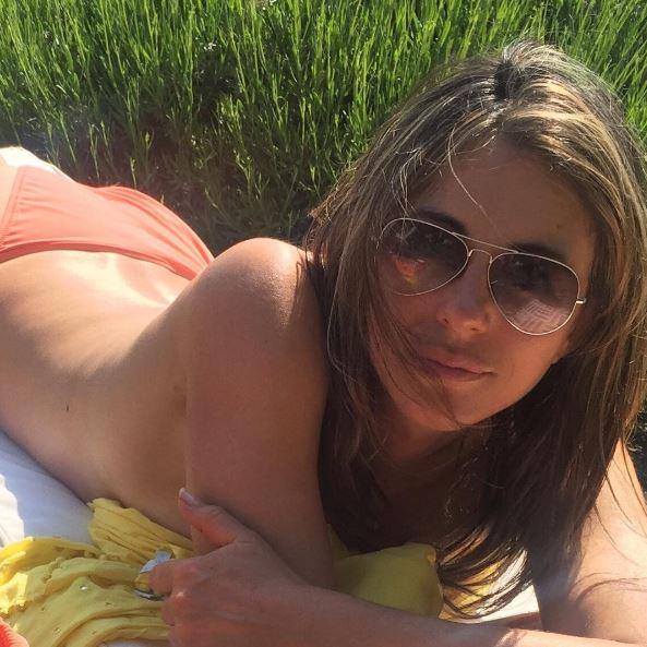 Elizabeth, topless al sole