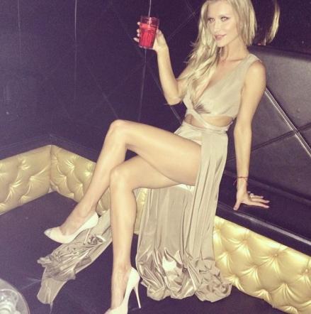 Joanna Krupa, camerino a luci rosse in topless e slip trasparenti
