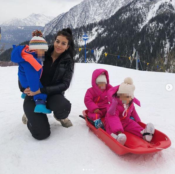 Georgina Rodriguez sulla neve con i figli di Ronaldo