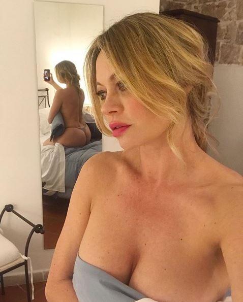 Anna Falchi allo specchio mezza nuda