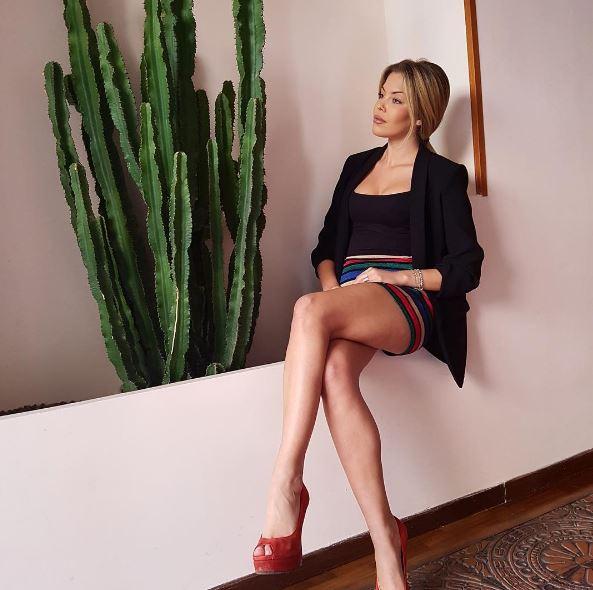Costanza Caracciolo, sexy e scatenata a Ibiza