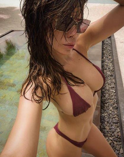 Aida Yespica alle Maldive con un bikini troppo... piccolo