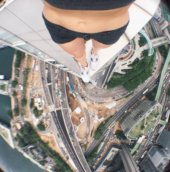 Angela Nikolau, selfie-follia ad alta quota