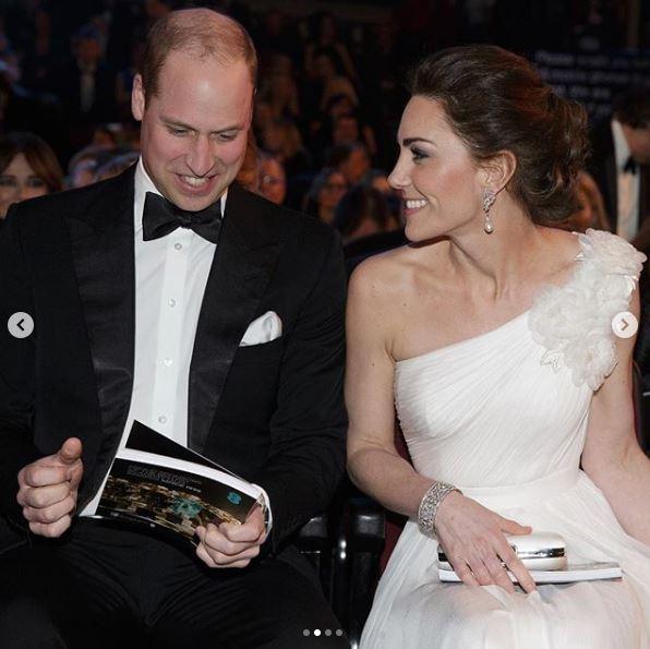 Kate Middleton divina in bianco, mette ko la cognata Meghan