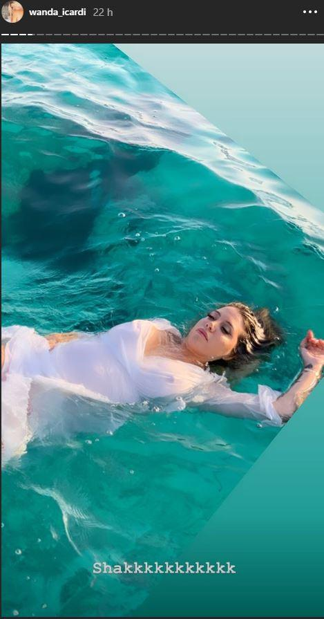 Wanda Nara sirenetta sexy tra le onde