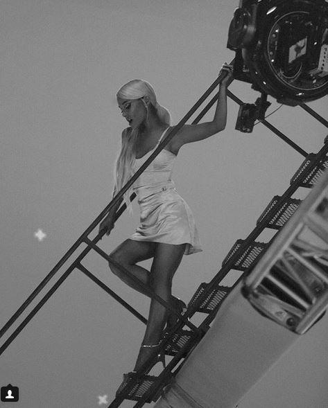 Ariana Grande, dietro le quinte del video di  No Tears Lef To Cry