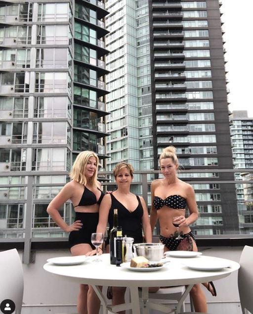 Beverly Hills 90210 , pausa relax sul set per Tori Spelling e le sue colleghe: eccole in terrazza in bikini