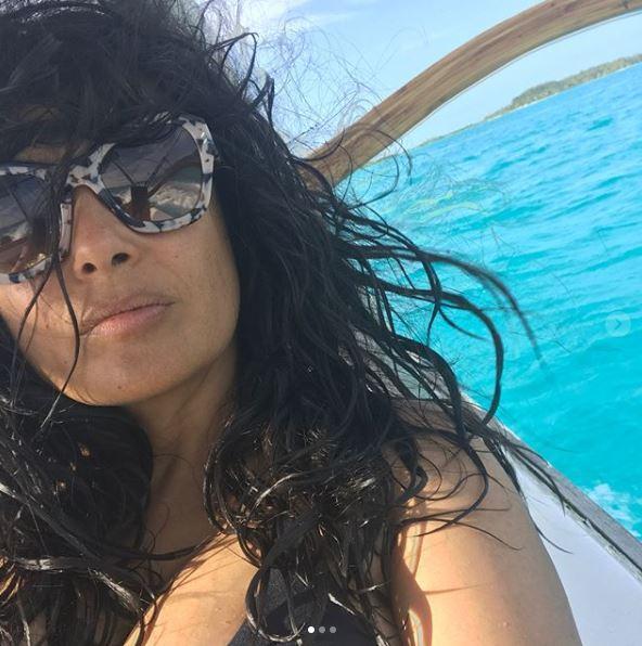 Salma Hayek, bikini strepitoso a 51 anni