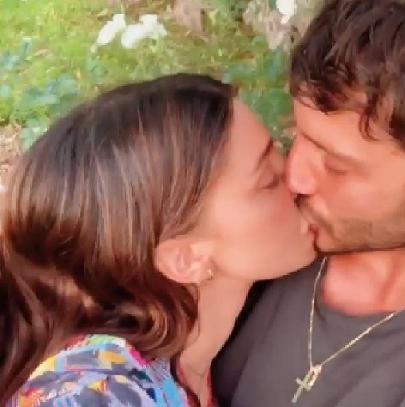 Belen e De Martino, si accende la passione: su Instagram il video del bacio