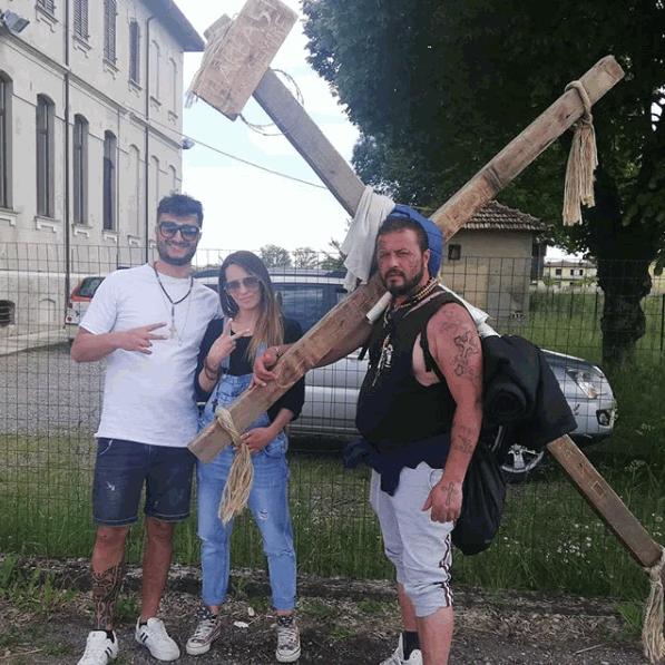 Da Milano a Roma a piedi con una croce di 40 chili in spalla:  Così l'espiazione per la mia vita dissoluta
