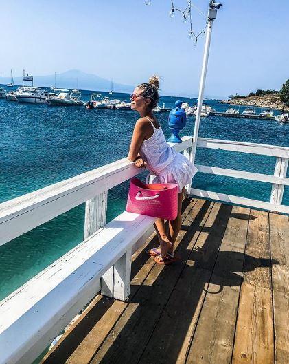 Costy Caracciolo, bikini siciliani nascondendo il pancione