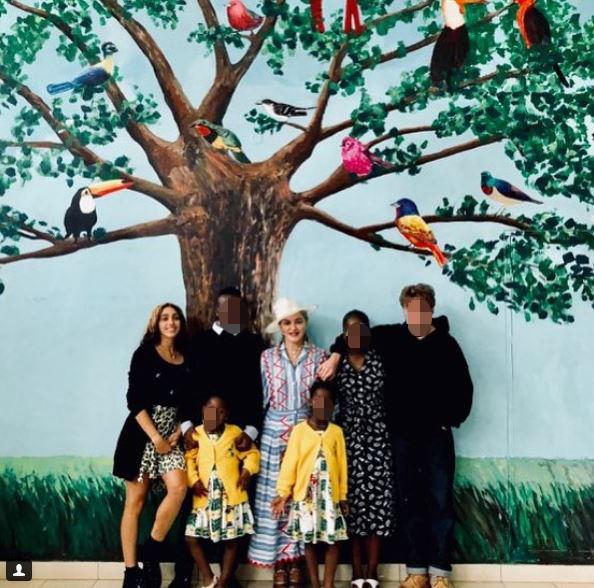 Madonna, scatto da Malawi con il  clan  dei suoi sei figli al completo