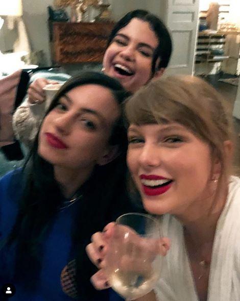 Taylor Swift e Selena Gomez, serata per sole donne sorseggiando vino bianco...