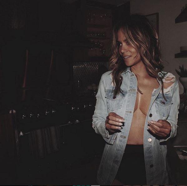Halle Berry a caccia di uno snack notturno... senza reggiseno