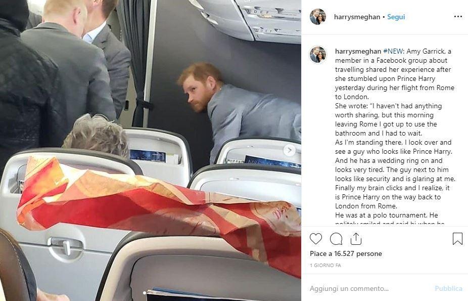 Harry sul volo di linea, che principe gentile!