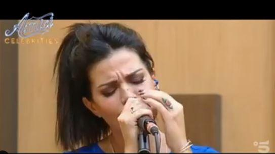 Laura Torrisi emoziona con il canto