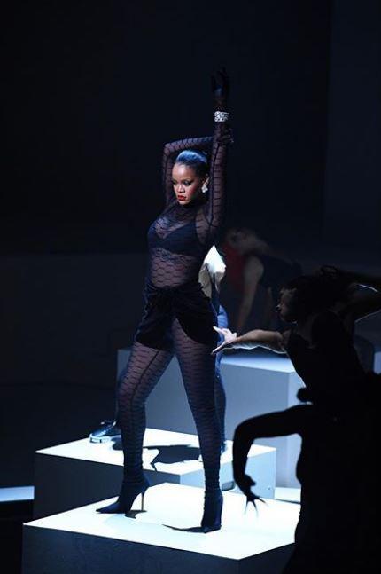 Rihanna ruba la scena alla Fashion Week: in passerella donne di tutte le taglie e di tutti i generi...