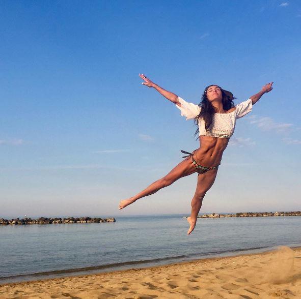 Elena d Amario in bikini, che fascio di muscoli!