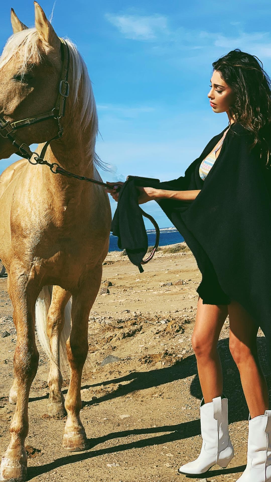 Belen e Cecilia Rodriguez in Marocco: in bikini sono a luci rosse