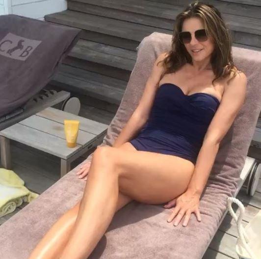 Liz Hurley in bikini a 51 anni, mamma che fisico!