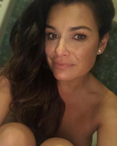 Alena Seredova nuda sui social prima del bagno