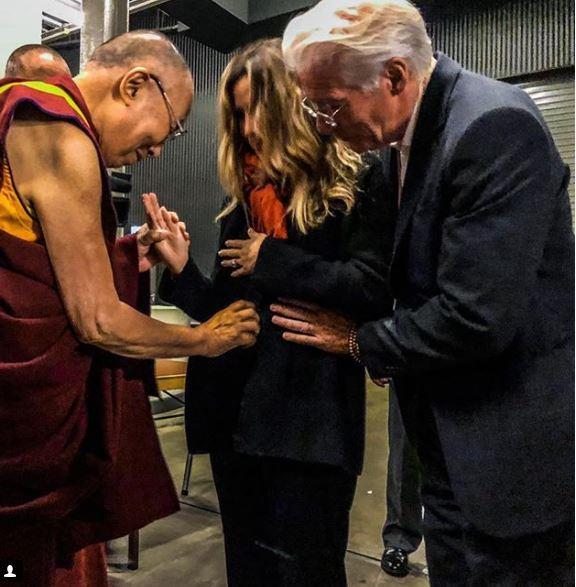 Richard Gere, di nuovo papà a 69 anni e il Dalai Lama  benedice  il pancione della moglie