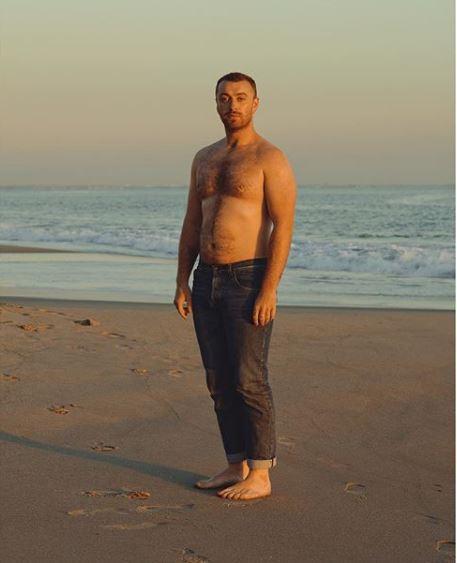 Sam Smith si mostra a petto nudo:  Ho fatto pace con il mio corpo e lo celebro