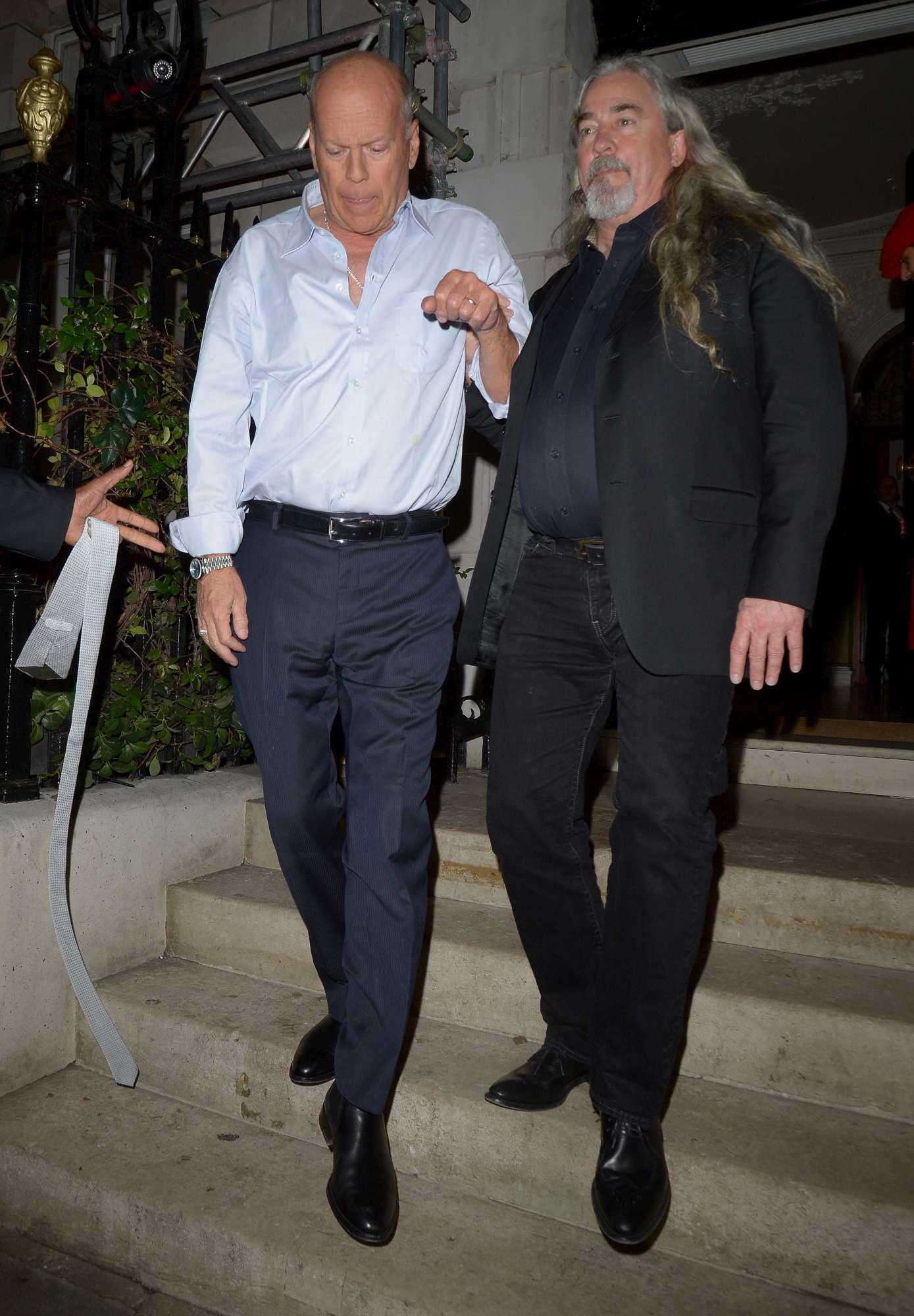 Bruce Willis non si regge in piedi: l attore ubriaco all uscita di un Club a Londra