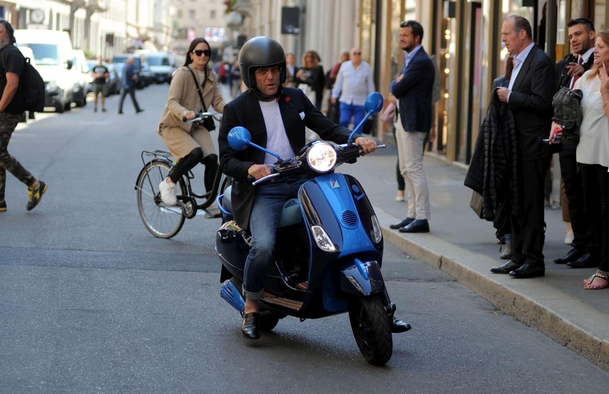 Lapo Elkann va a fare shopping in vespa a Milano
