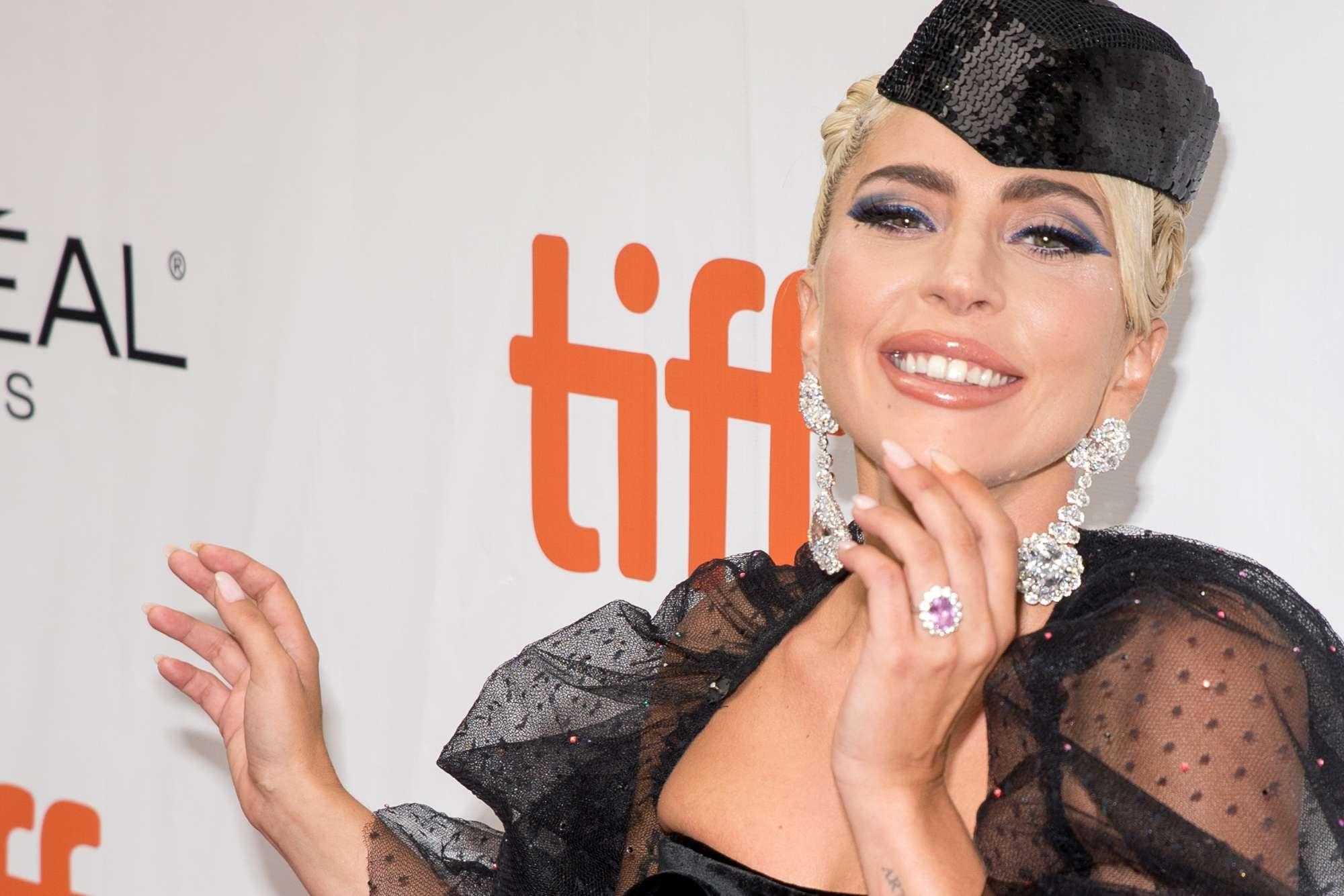 Lady Gaga, Salma Hayek, Sienna Miller: sexy red carpet al Toronto Film Festival