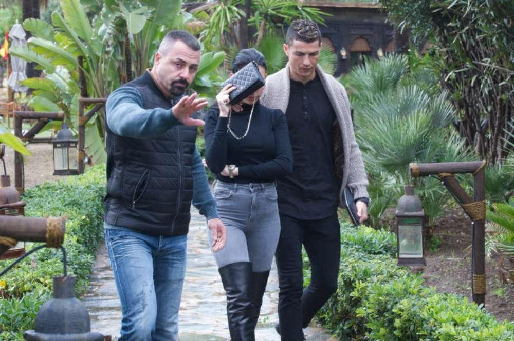 Cristiano Ronaldo e Georgina Rodriguez festeggiano il compleanno col muso lungo