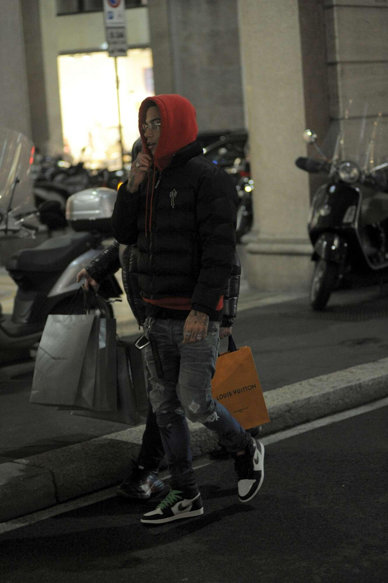 Sfera Ebbasta, shopping incappucciato ad un mese dalla tragedia di Corinaldo