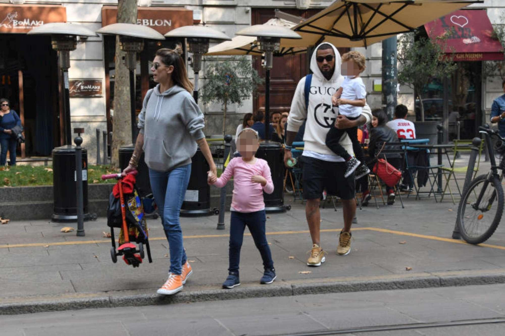 Melissa Satta, passeggiata milanese prima di volare a Londra