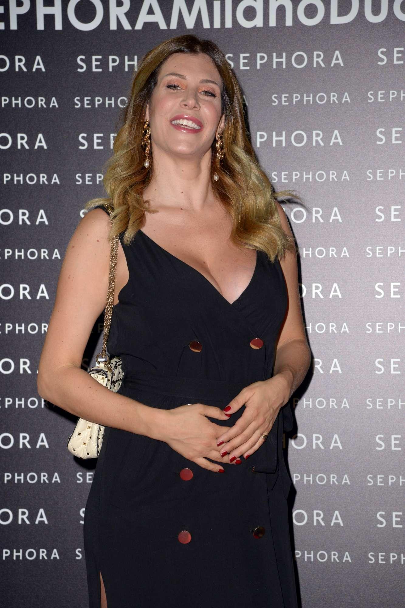Paola Caruso, l ex Bonas e ex naufraga sfila col pancione a Milano