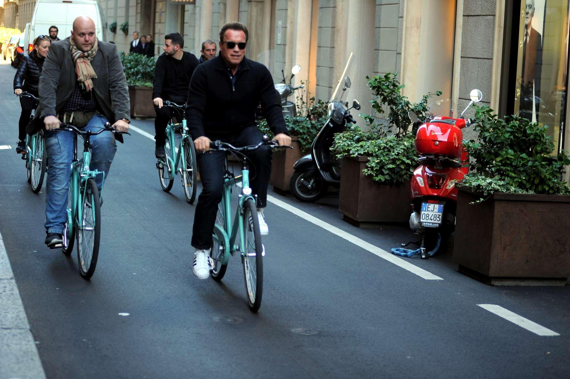 Arnold Schwarzenegger in bici in  Montenapo  a Milano, poi shopping da migliaia di euro in borse e cappelli