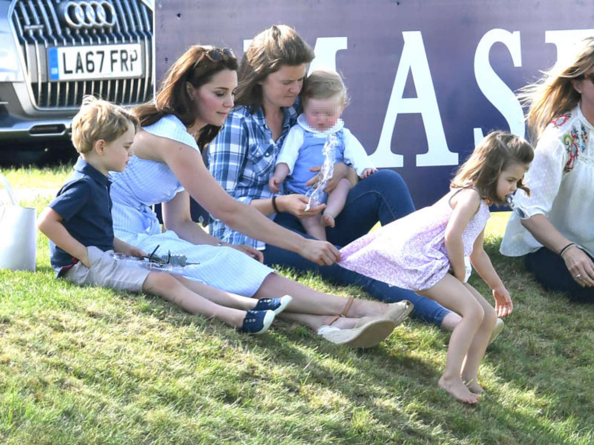 Kate Middleton, pomeriggio in campagna con i principini