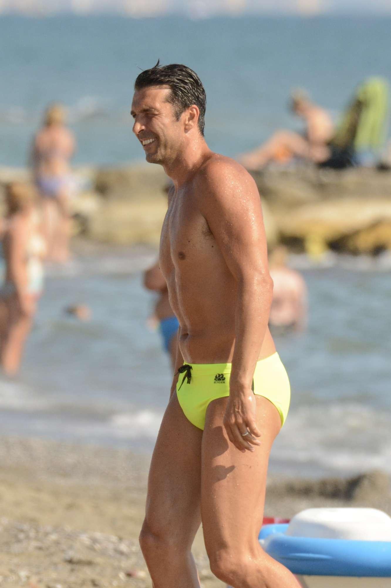 Gigi Buffon  sirenetto  al mare in Versilia
