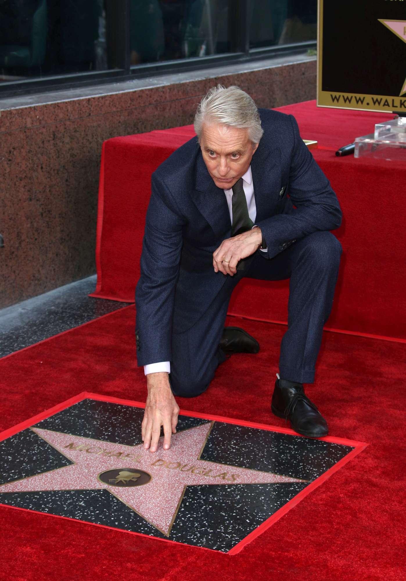 Michael Douglas, festa al bacio per la stella sulla Walk of Fame
