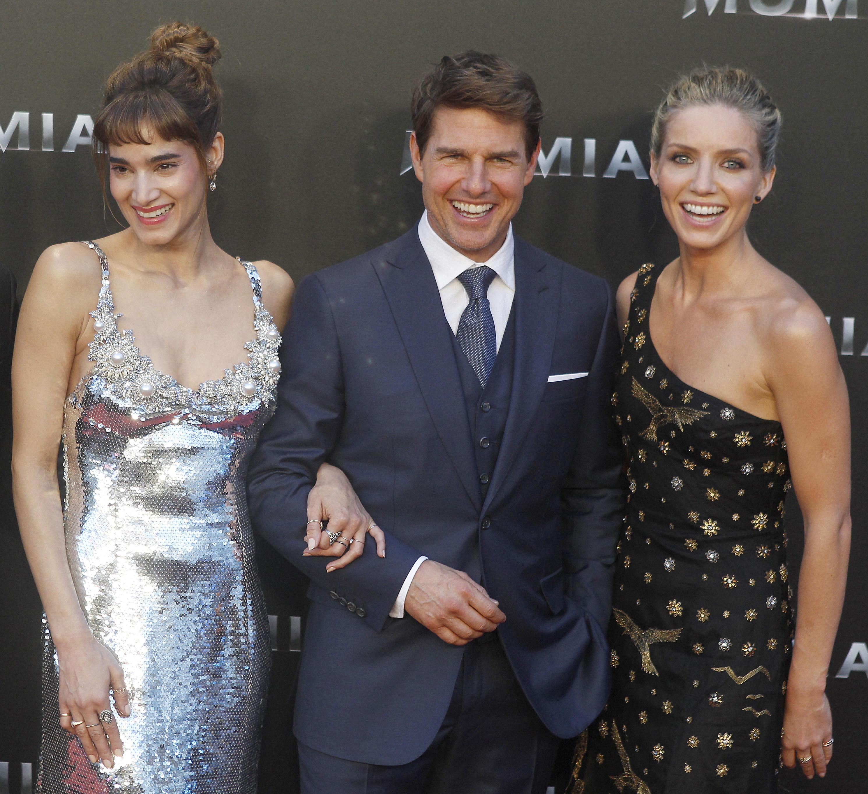 Tom Cruise beato tra le donne alla première de  La Mummia