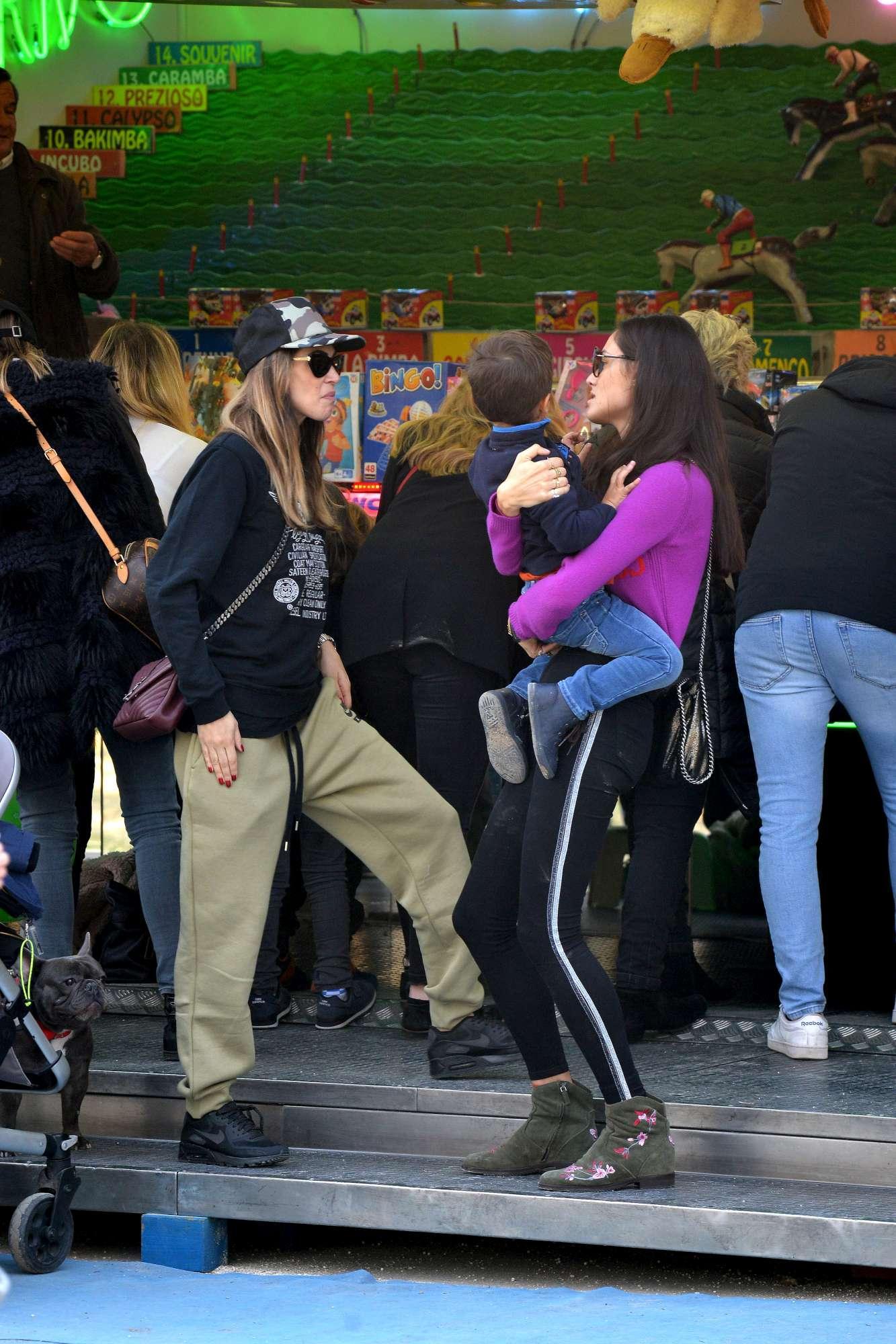 Satta, Pellegrinelli e Ferragni al parco con i figli: mamma che belle!