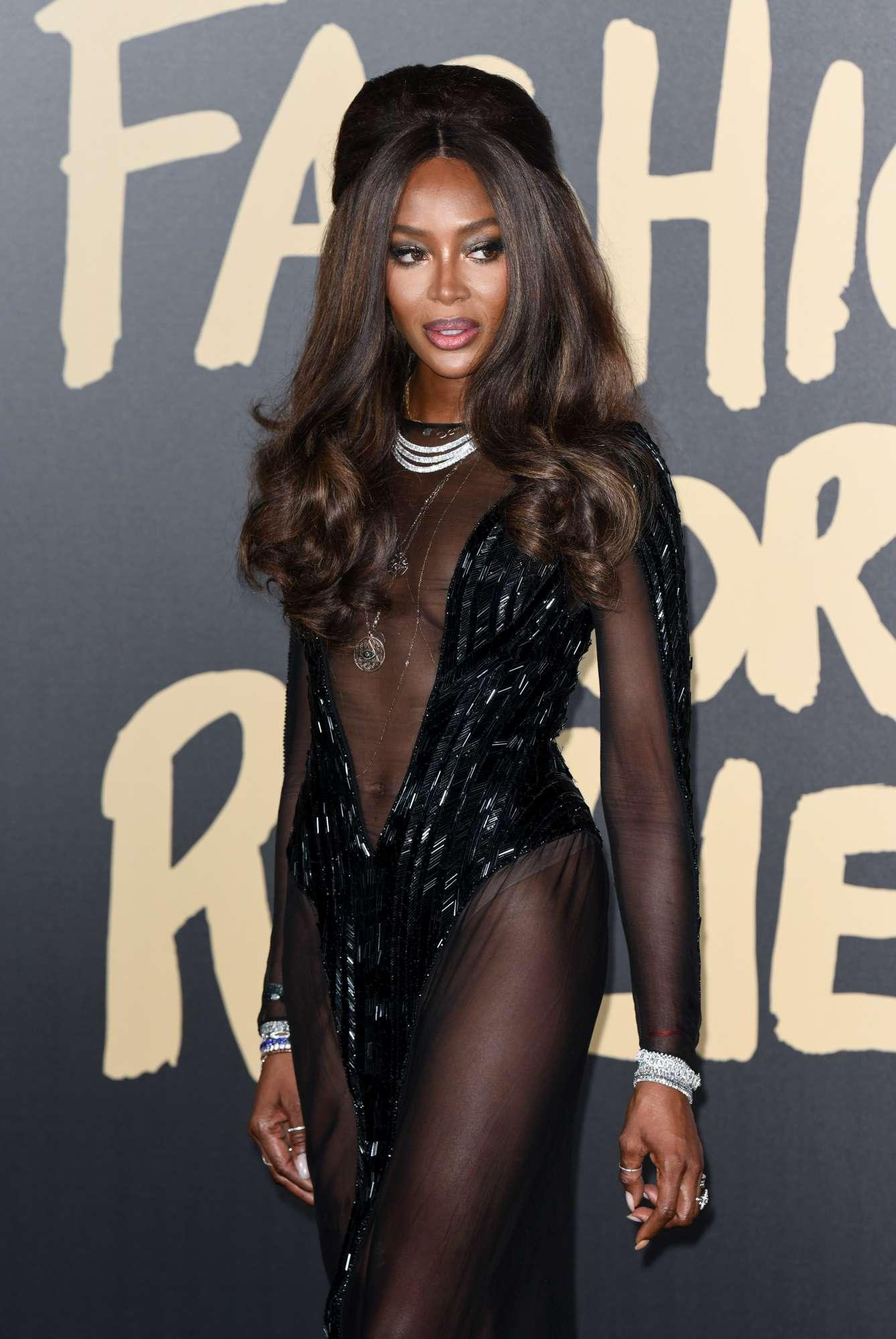 Naomi Campbell mostra gli slip sul red carpet