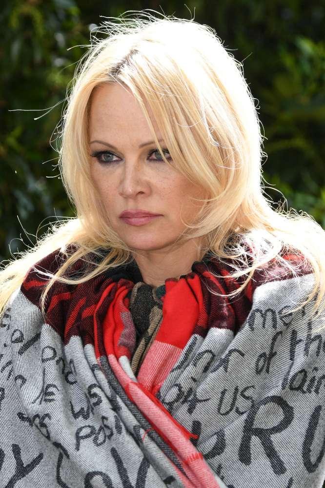Pamela Anderson va a trovare Assange in carcere:  Dobbiamo salvargli la vita...