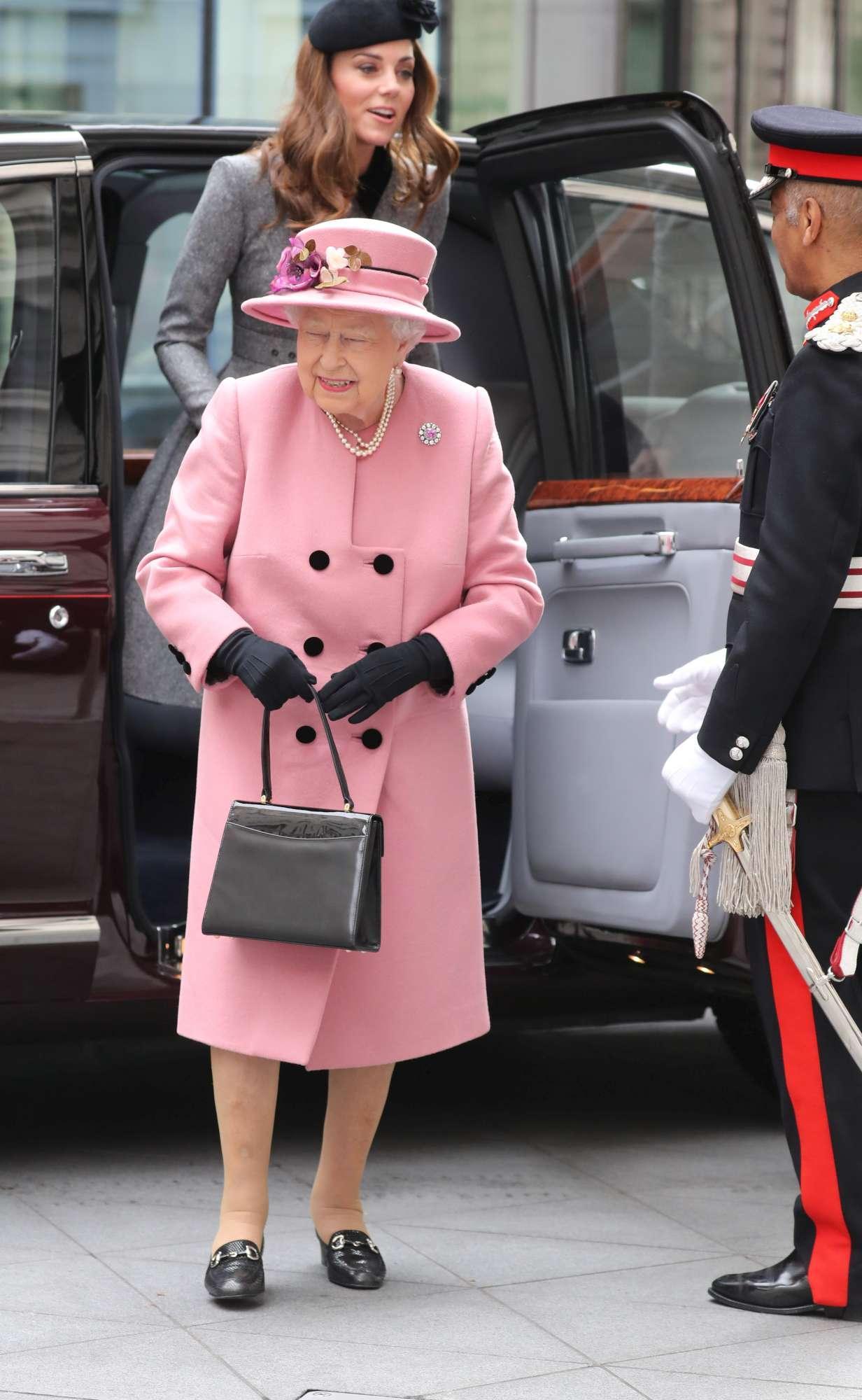 Kate Middleton insieme alla Regina a Londra, la prima uscita da sole