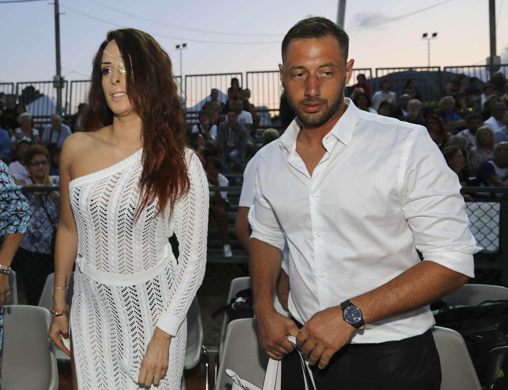 Gessica Notaro con il fidanzato a Milano Marittima, tanti applausi
