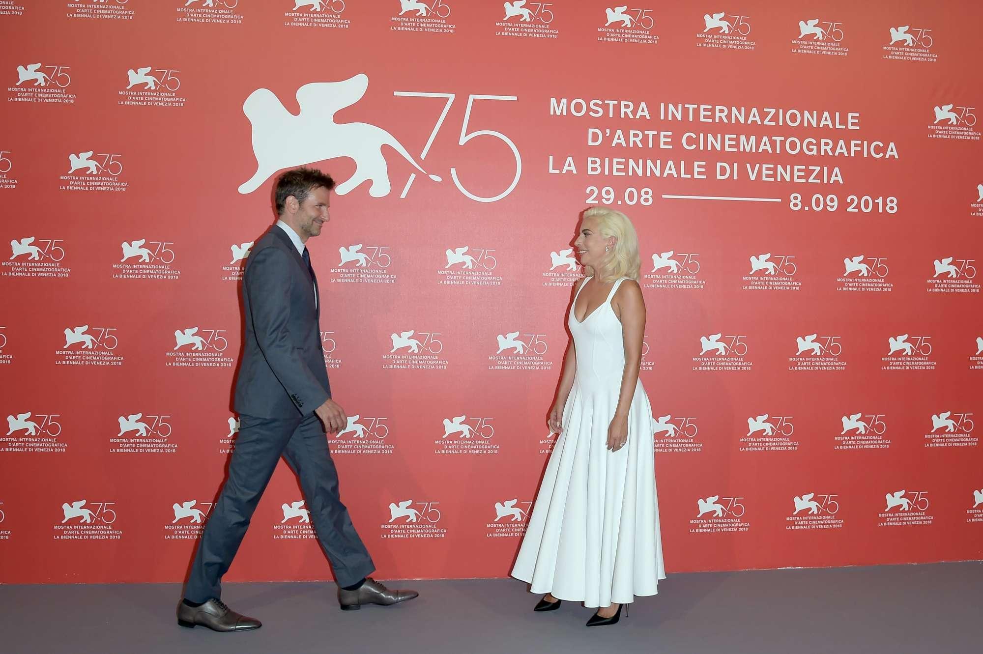 Venezia 75, Lady Gaga e Bradley Cooper in posa per i flash dei fotografi
