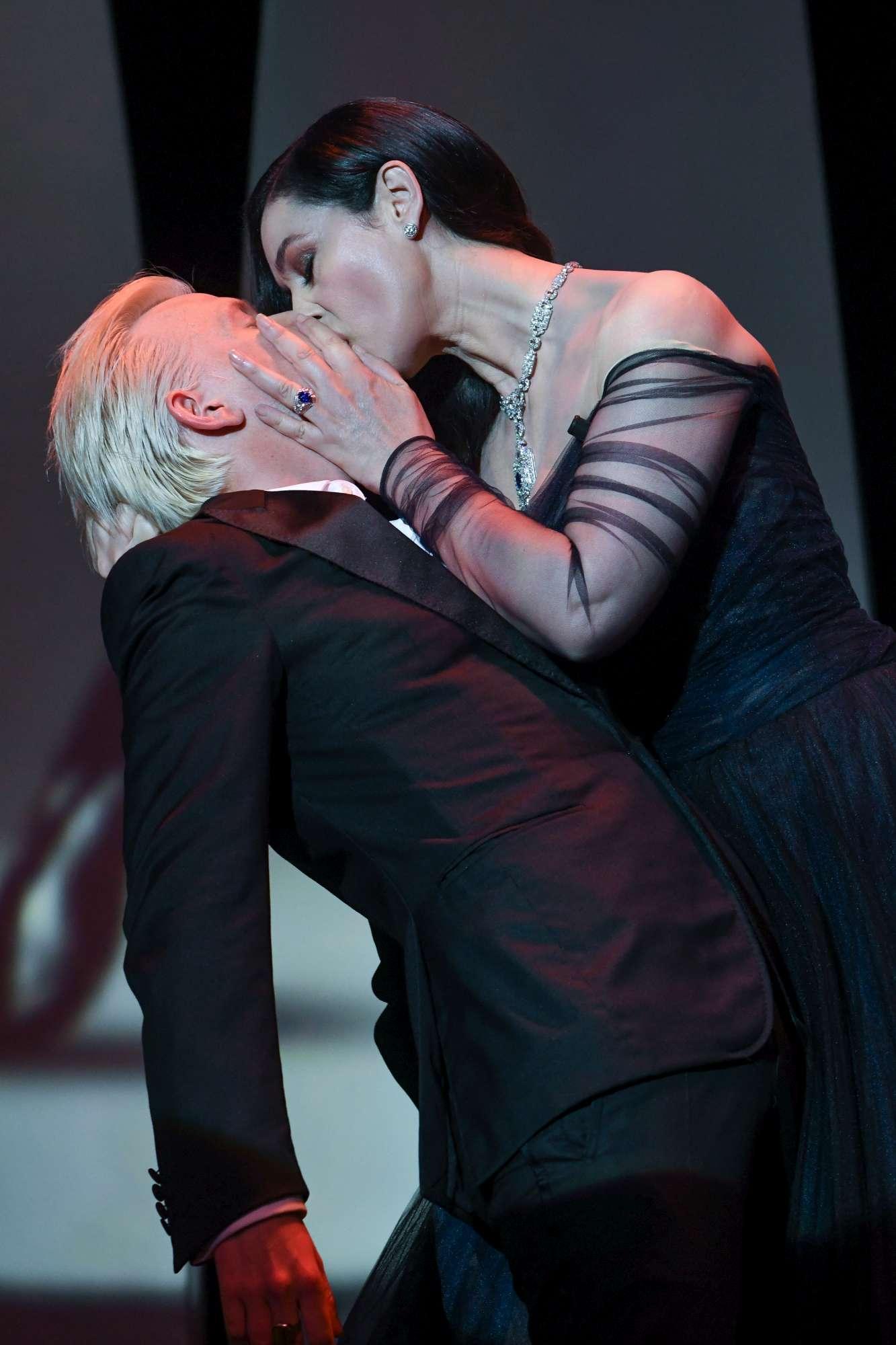 Monica Bellucci e Alex Lutz, tango sensuale sulla Croisette