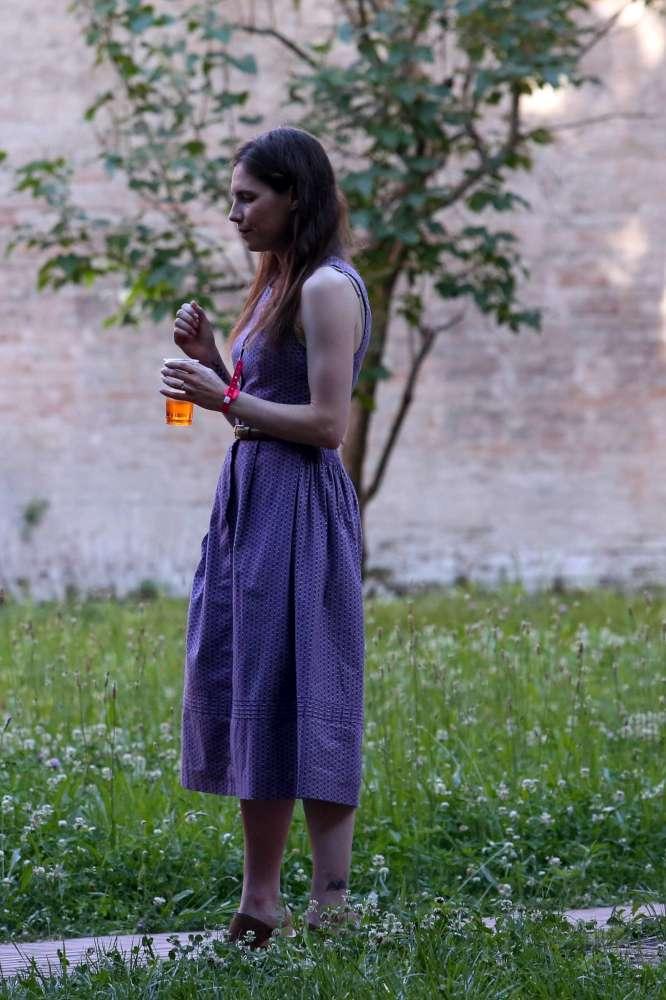 Il ritorno di Amanda Knox: sorrisi e spritz con il fidanzato all evento di Modena