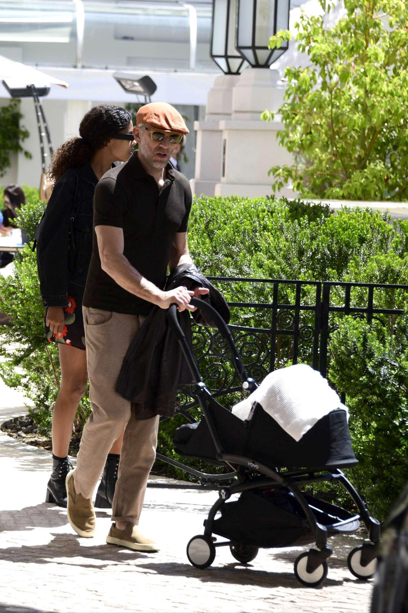 Tina Kunakey e Vincent Cassel, prima passeggiata mondana con la neonata